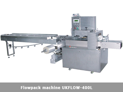Flowpack packaging machine with lower film reel